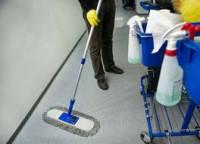Praca Niemcy przy sprzątaniu terminali na lotnisku w Monachium