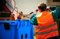 Fizyczna praca w Niemczech przy myciu pojemników dla Polaków Ampfing