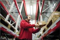 Fizyczna praca Niemcy przy zbieraniu zamówień na magazynie Gernsheim
