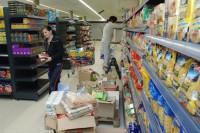 Dla par fizyczna praca Niemcy przy wykładaniu towaru w sklepie bez języka Monachium