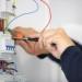 Portrait d'un électricien travaillant sur un compteur électriq