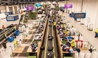 Fizyczna praca Niemcy bez języka Berlin przy sortowaniu odzieży używanej