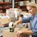 praca-na-magazynie-pakowanie-etykietowanie