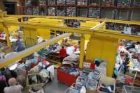 Dla par fizyczna praca Niemcy bez języka przy sortowaniu odzieży w Cottbus