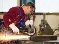 Ślusarz Niemcy praca przy obróbce blach w Windhagen